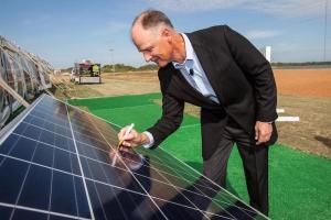 Syd Kitson avec les panneaux solaires
