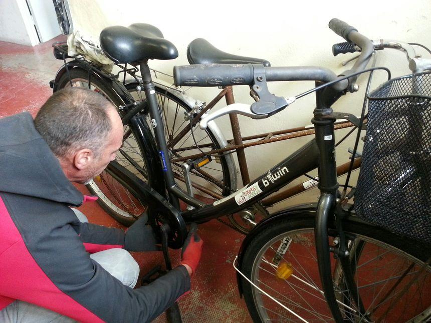 Loïc dans l'atelier vélo - Photo: Stéphanie Brossard